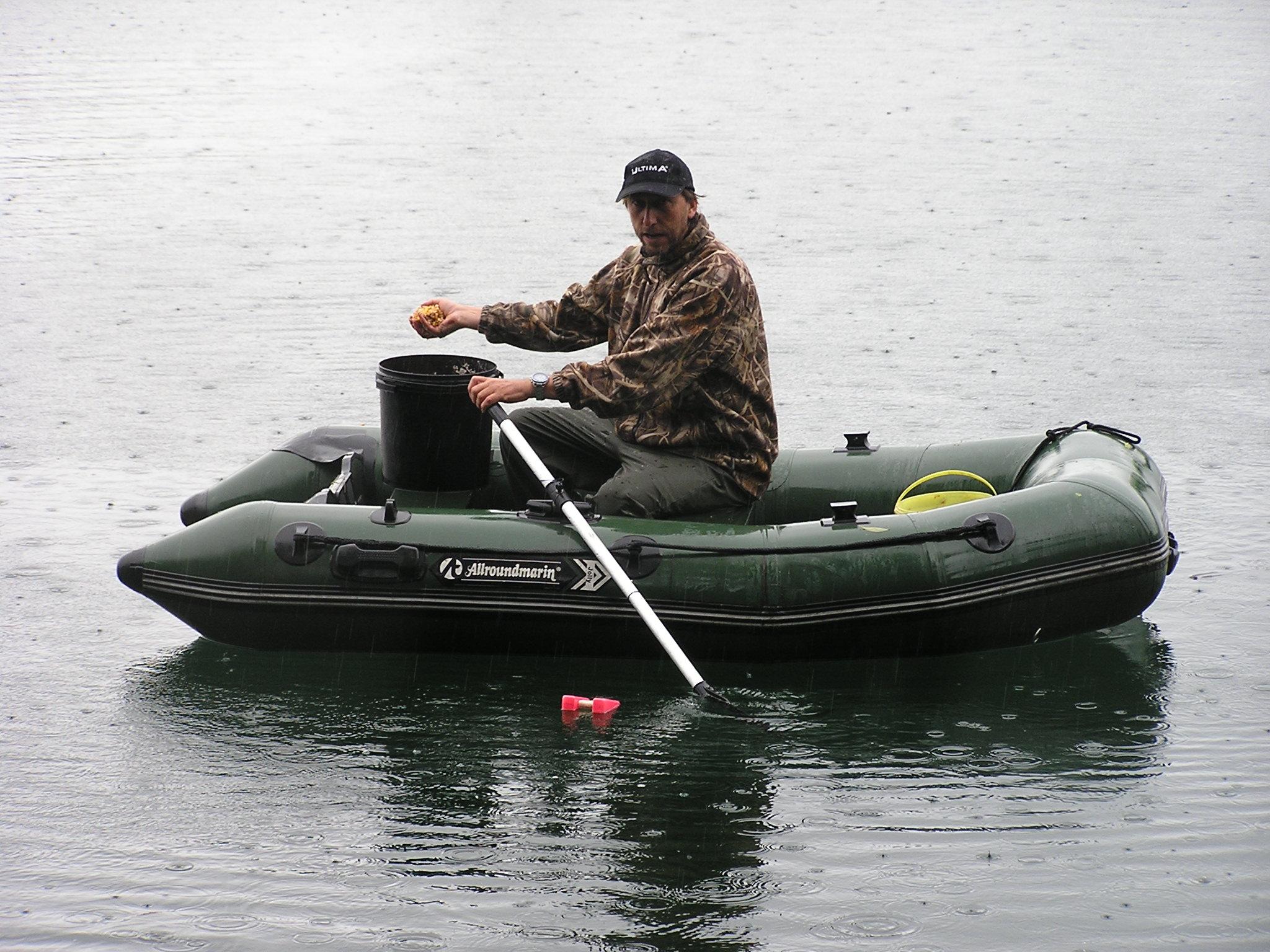 Anfüttern mit dem Boot beim Angeln auf Karpfen im Frühjahr